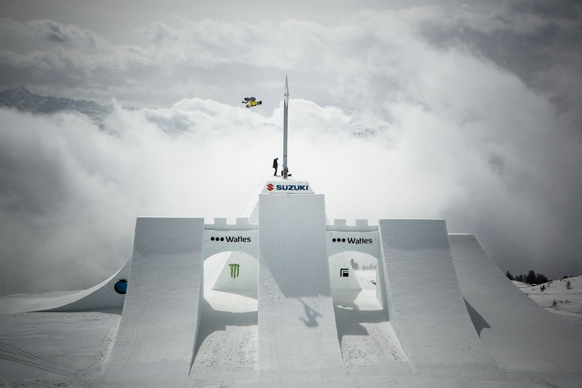 Interview - Nico Zazek / Suzuki Nine Knights 2016: Seppe Smits begutachtet die Schneeburg von oben. (© Nine Knights / David Malacrida)
