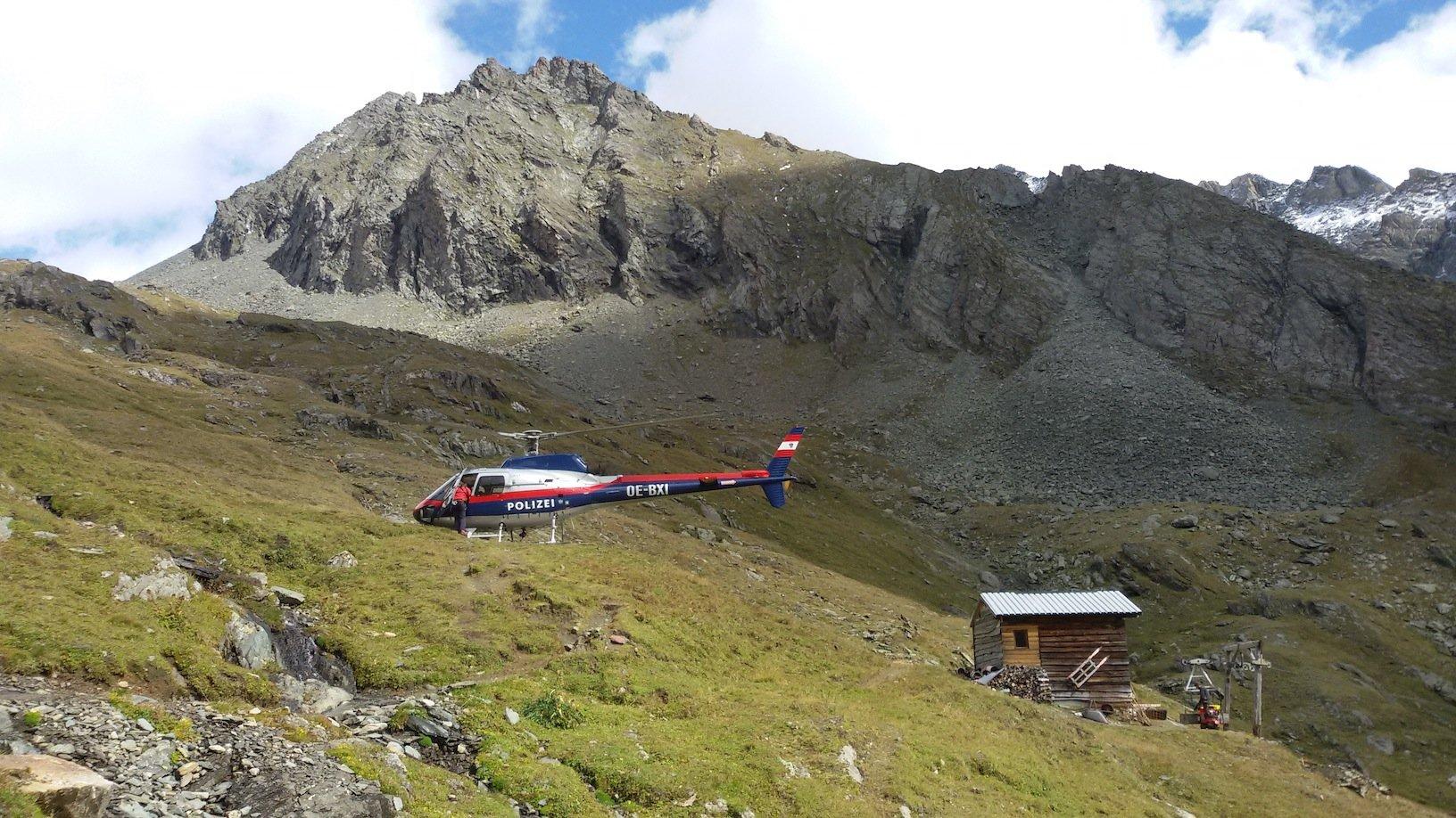 Erfahrungsbericht - Flugrettung in Osttirol: Die Libelle der Alpinpolizei Flugeinsatzstelle Klagenfurt auf dem Hubschrauberlandeplatz vor der Eisseehütte (© airFreshing.com)