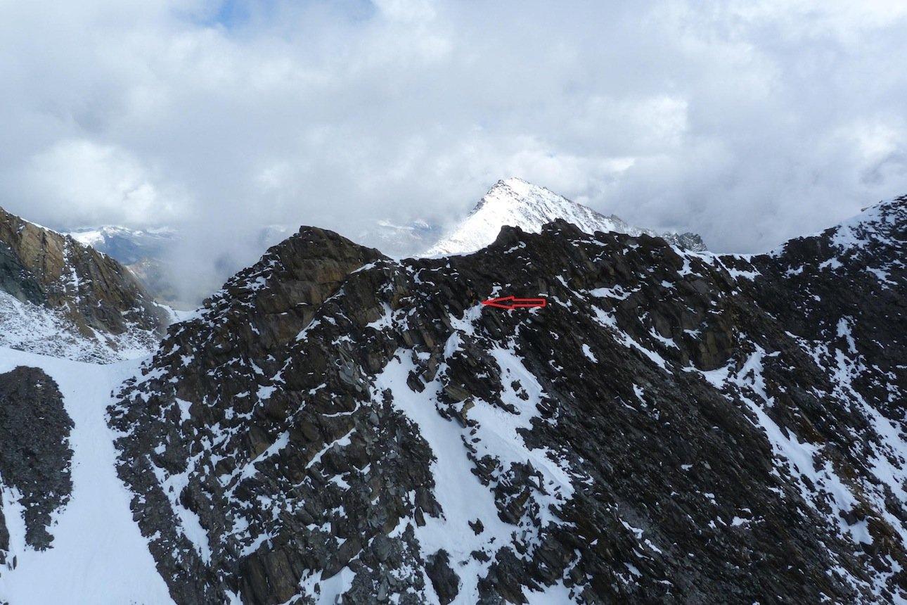 Erfahrungsbericht - Flugrettung in Osttirol: Die Eichhamscharte kann in der Übergangszeit schnell zur tückischen Falle werden - mit dem Pfeil markiert ist die Stelle, wohin sich Veit vom aF-Team sich verstiegen hatte. (© airFreshing.com / Horst Wohlgemuth)