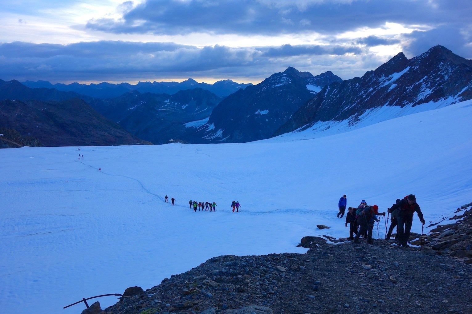 In aller Herrgottsfrühe ging es los zur Hochtour auf die Wildspitze (© airFreshing.com)