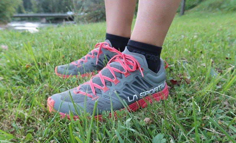 """Testbericht – La Sportiva Helios 3.0 Woman: Ultraleichter Damen-Trailschuh für kurze Distanzen auf hartem """"off-road"""" Terrain"""